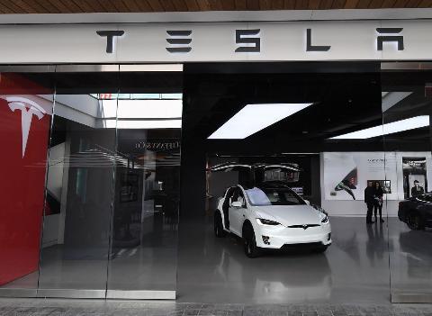 US-IT-lifestyle-auto-Tesla-automobile-computers-technology