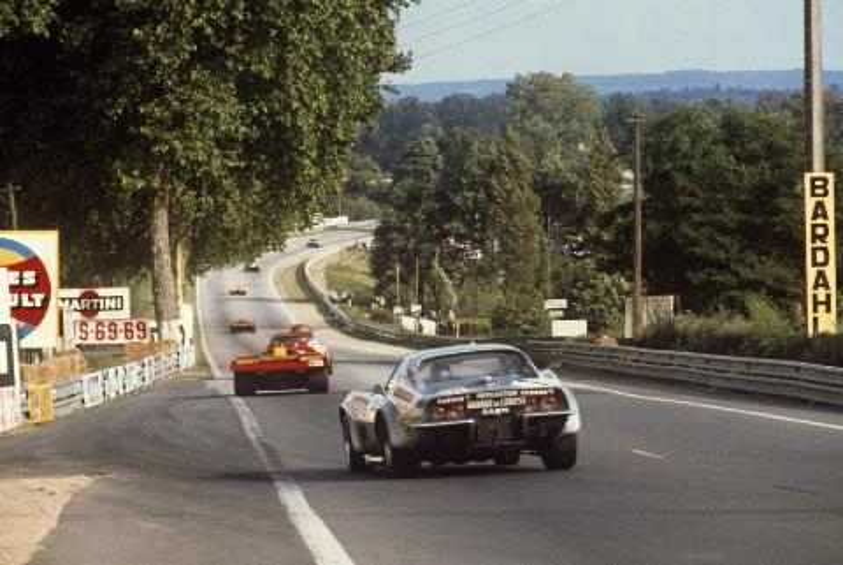 Chevrolet Corvette no 1 Aubriet and Ferrari 512M.