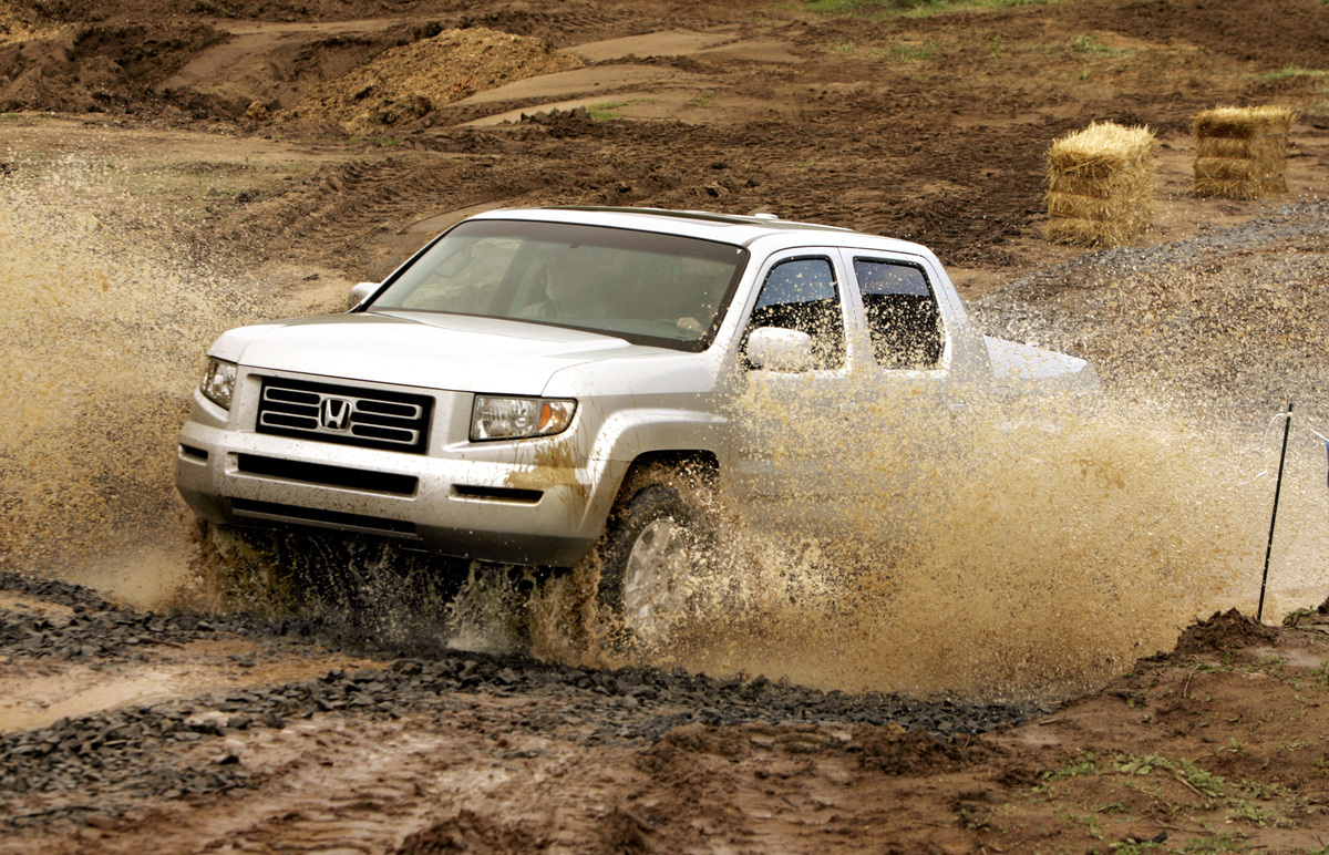 K) – Honda Ridgeline 2005, the first midsize pickup for Honda, available to the consumer in March.