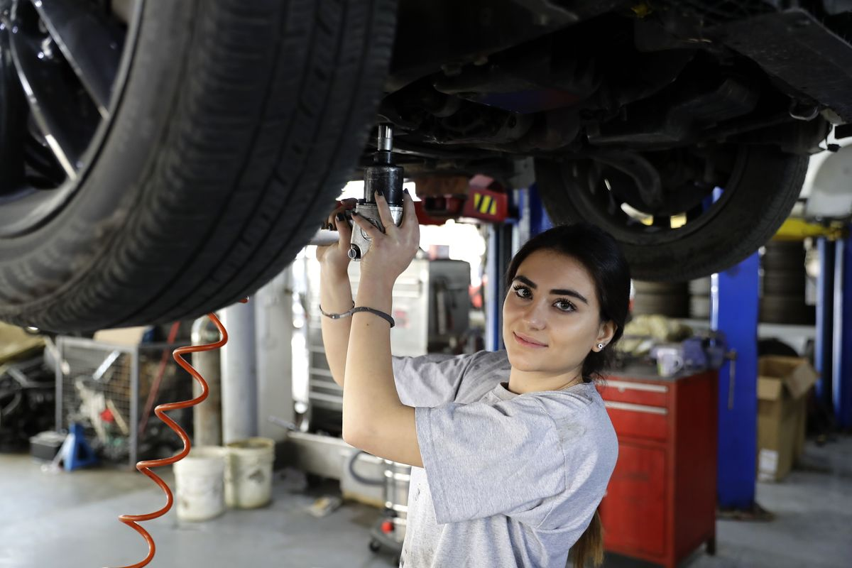 LEBANON-WOMEN-MECHANIC