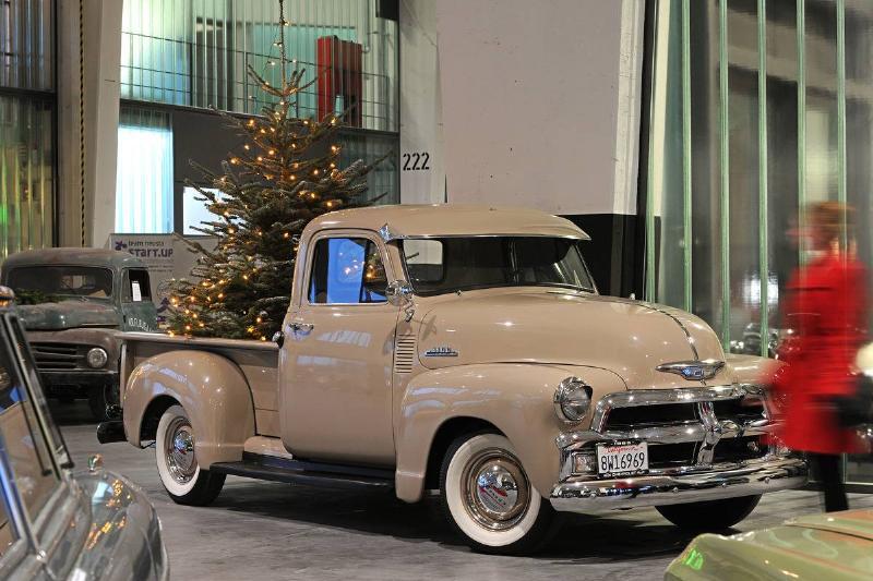 1955er Pickup with Christmas tree