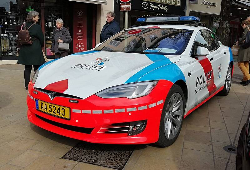 800px-Tesla_Model_S_Police_Luxembourg_(33916874198)