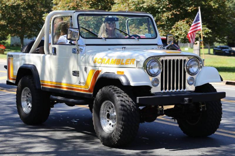 Jeep_CJ-8_Scrambler,_front_right