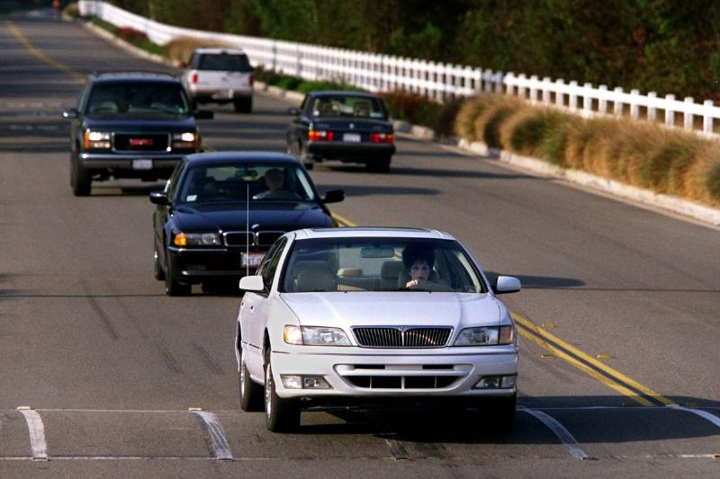 ME.bumps.1001.RL––Coto de Caza––I line of cars slows down to face a large speed bump on Vista del Ve