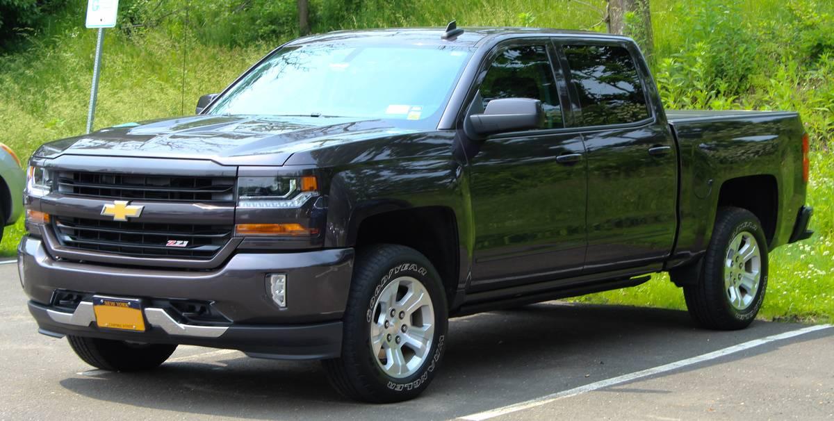 2016_Chevrolet_Silverado_1500_LTZ_Z71_Crew_Cab_5.3L_Hagerty_parking_lot,_6.1.19