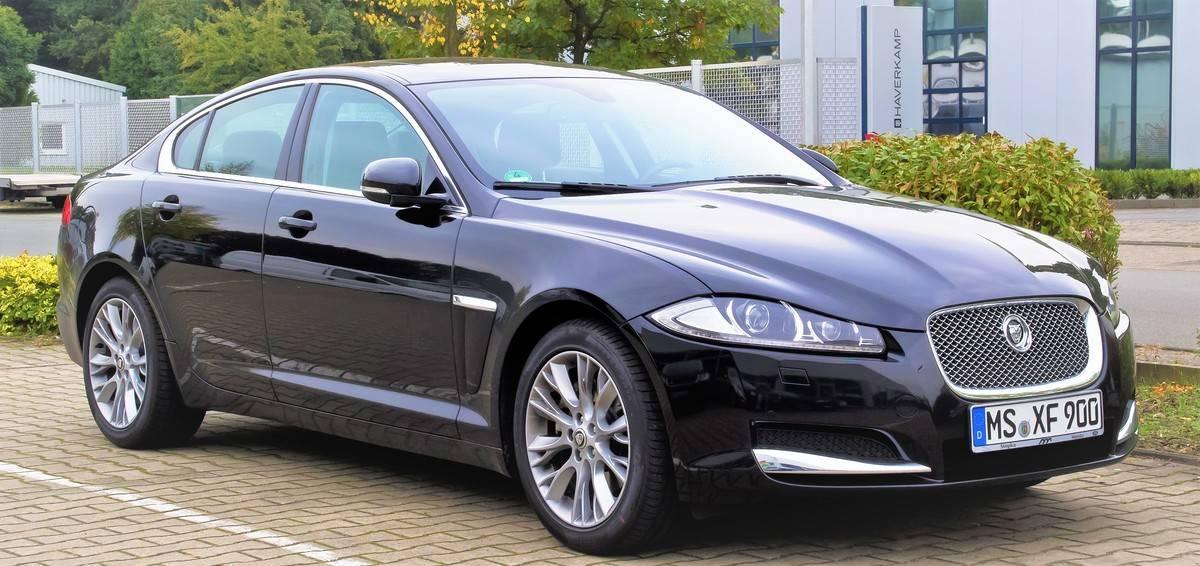 Jaguar_XF_2.2_D_(Facelift)_–_Frontansicht,_5._Oktober_2013,_Münster